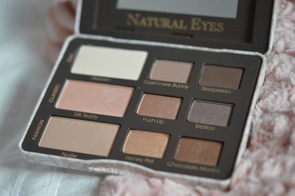 ALITTLEB_BLOG_BEAUTE_TOO_FACED_AU_NATUREL_OU_PRESQUE_MAKEUP_NATURAL_EYES_PALETTE_ZOOM_FARDS_PACKAGING_OUVERT